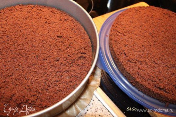 Пока крем охлаждается, подготовим коржи. Нижний корж укладываем в разъёмную форму срезом вверх. Бока формы застилаем пергаментом (это нужно, для того, чтобы бока торта в дальнейшем были ровные, к тому же уменьшит зазор между коржом и формой). 100 мл кофе смешиваем с ликёром (факультативно) и при помощи кисточки пропитываем оба коржа.