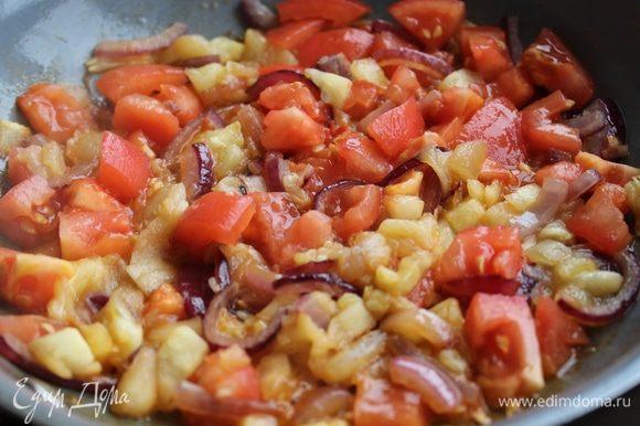 На оливковом масле обжарить лук в течение 5 минут, добавить мелко нарубленную мякоть цукини, и готовить , помешивая еще 5 минут. Добавить помидоры.