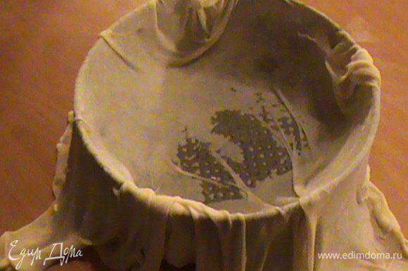 Первый пласт кладем в заранее смазанную маслом форму, чтобы края свисали.