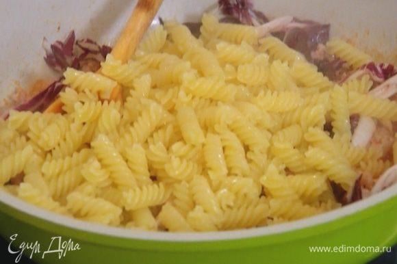 Добавить в сковороду макароны, перемешать и немного обжарить.