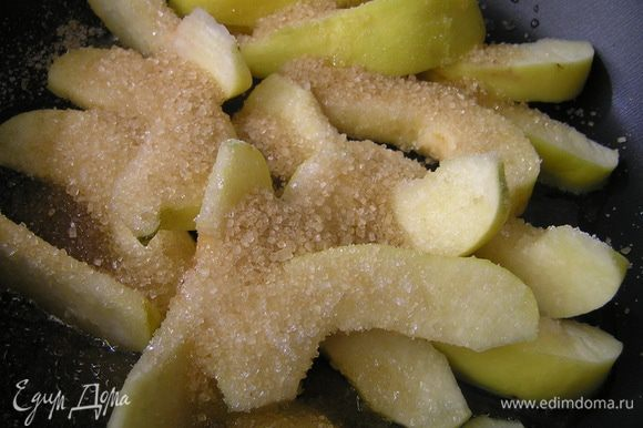 Айву разрезать на 8 частей, удалить сердцевину, обжарить на смеси сливочного и растительного масел, посыпав коричневым сахаром.