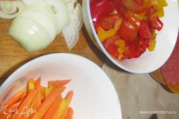 режем овощи: лук, морковь соломкой, перец квадратиками 2х2 примерно. Добавляем к мясу лук, затем морковь, слегка обжариваем.