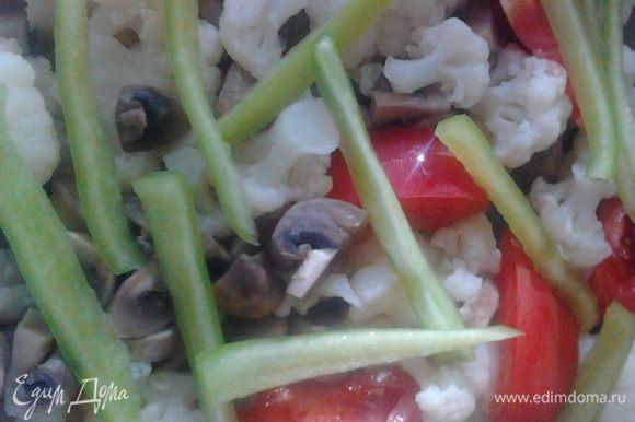 С отварных овощей слить воду. Все овощи переложить в форму.