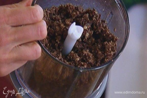 Хлебную крошку соединить с оставшимся сахаром и сливочным маслом, всыпать 1 1/2 ст. ложки шоколадной крошки и еще немного взбить в блендере.