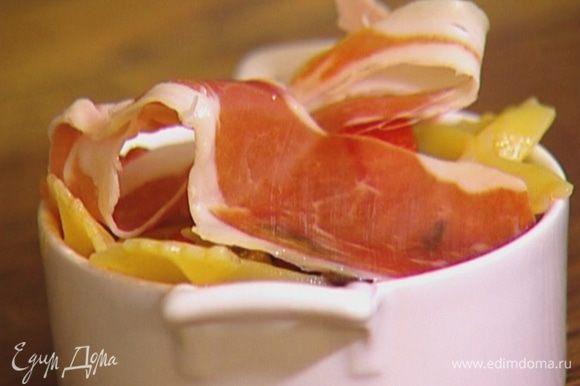 Разложить салат в небольшие креманки, сверху положить по ломтику ветчины и подавать.
