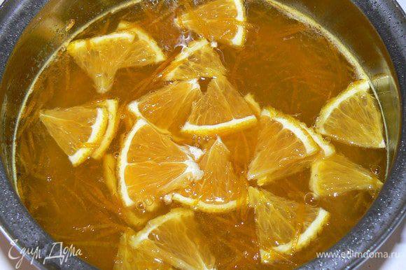 В это время приготовим сироп: С двух апельсинов снимаем цедру. Нарезать один апельсин тонкими дольками. Выдавить сок – должно выйти около 250 мл. В кастрюлю с толстым дном выливаем сок, добавляем сахар и цедру. Ставим на очень медленный огонь и варим 30 - 40 мин. до загустения (капля сиропа не должна растекаться).