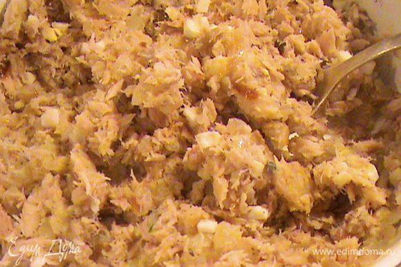 Делаем рыбную начинку. Отвариваем картофель в мундире, чистим и разминаем вилкой в пюре. Мелко нарезаем яйцо и вместе с тунцом добавляем к картофелю, перчим и хорошо перемешиваем. Если кому-то не хватит соли - присолите. Чебуреки с такой начинкой очень хорошо сочетаются с бокалом пива.