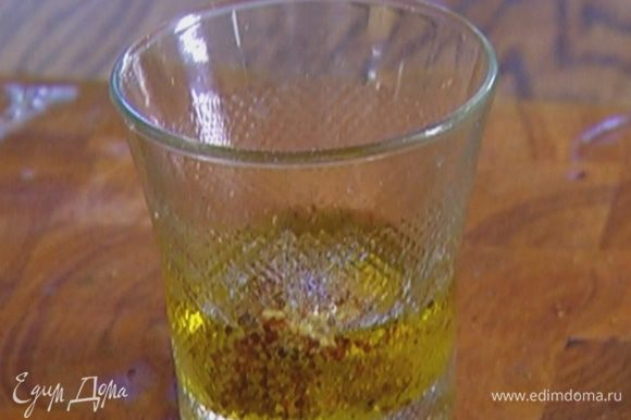 Приготовить заправку: смешать оставшееся оливковое масло с горчицей и 1 ст. ложкой лимонного сока, посолить, поперчить.