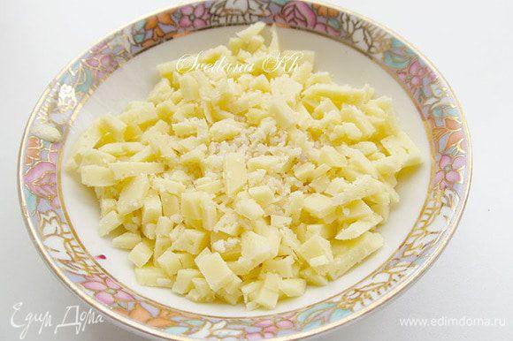 Булгур отварить в подсоленной воде с ложкой растительного масла.Сыр измельчить или порезать