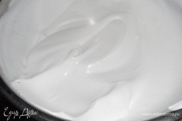 Теперь взбиваем сливки (у меня сладкие кондитерские, поэтому я сахар не добавляю) до мягких пиков, добавляем сливочный сыр и еще раз взбиваем, так чтобы не было комочков в креме.
