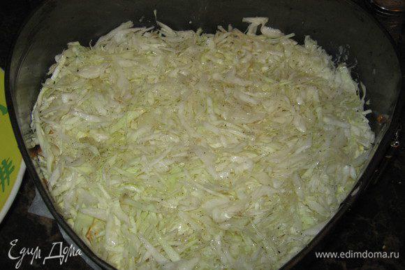 Далее возьмите капусту, нашинкуйте её, посолите, помните, взбрызните лимонным соком и подсолнечным маслом и выложите на яйца. Затем опять выложите курицу, сыр, теперь свеклу по-корейски и сверху яйца. Всё кроме свеклы также промажьте майонезом.