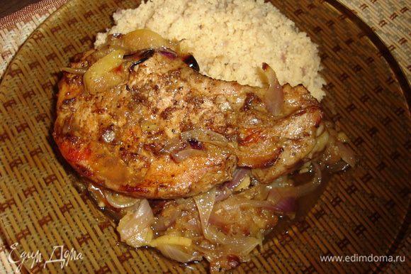 Сервируем мясо на луково-яблочной подушке с кускусом. Приятного аппетита... а он у вас проснется!