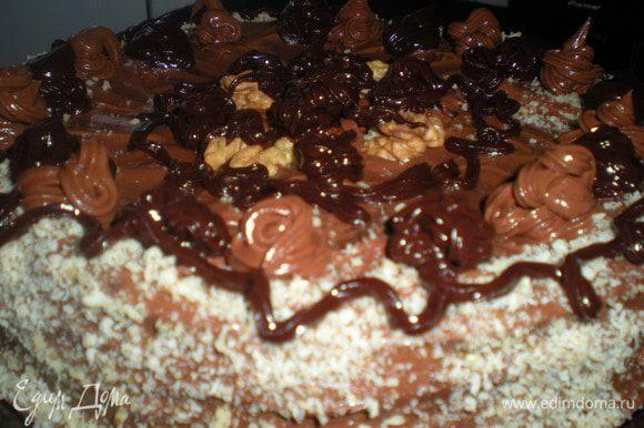 Верх украсить растопленным шоколадом,я его растапливаю с добавлением сливочного масла,тогда шоколад при застывании остается блестящим и не мутнеет.