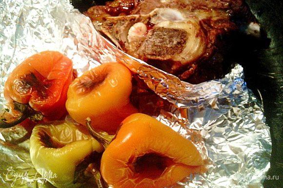 Перцы и говяжью косточку с мясом запекаем в духовке при температуре 220 градусов около 25 минут. Мясо запекаем для того, чтобы бульон был более насыщенным и вкусным.