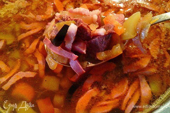 Процеживаем наш готовый бульон в кастрюлю, добавляем в него овощи, доводим до кипения. Затем добавляем мясо (с косточки тоже отделить и нарезать кусочками) и маслины. Перчим по вкусу, досаливаем (если есть необходимость). Варим ещё 5-7 минут и выключаем огонь. Солянка готова.