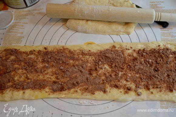Сверху тесто присыпаем приготовленным миксом из корицы, муки и сахара.
