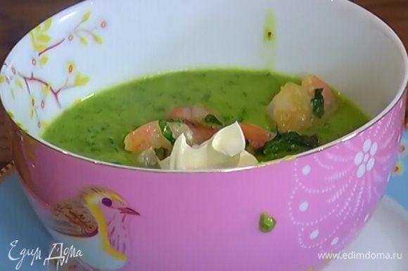 Подавать суп, добавив в него креветки и сметану.