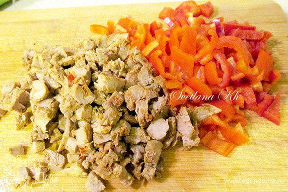 Мясо и перец нарезать мелким кубиком. Добавить все к луку, немного посолить и приправить специями. Жарить 5 минут.