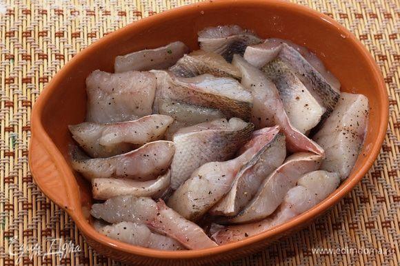 Сложите кусочки рыбы вертикально. Таким образом соус лучше проникнет между кусками (хоть он и густой, во время запекания он станет более жидким).