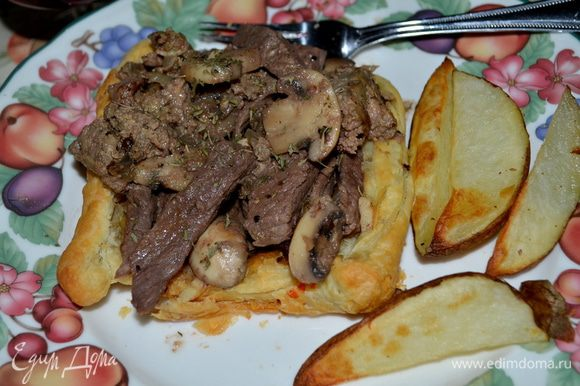 Разрежем говядину кусочками, разложим по порциям, сверху готовый паштет с грибами и соус. Подаем тут же с гарниром или без. Приятного аппетита.