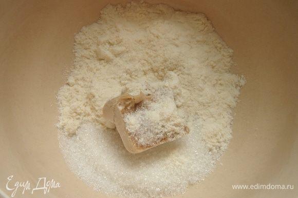 Свежие дрожжи растереть в небольшой миске с сахаром, затем смешать с 1 ст. л.муки и растворить в тёплом (40* С) молоке. Накрыть миску пищевой плёнкой и убрать её в тёплое место на 10-15 минут.