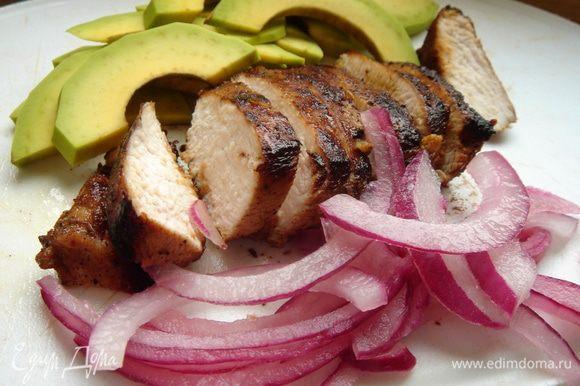 Лук нарезать полукольцами и замочить в винном уксусе. Нарезать авокадо и курицу произвольно.