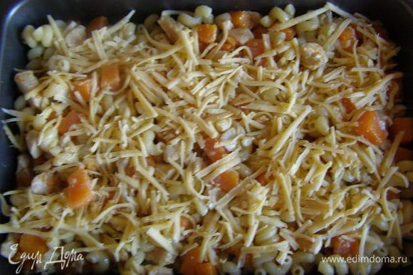 Смешать макароны и курицу с тыквой, залить сливками, посыпать сверху сыром. Запекать в духовке 20-25 минут. Приятного аппетита!!!