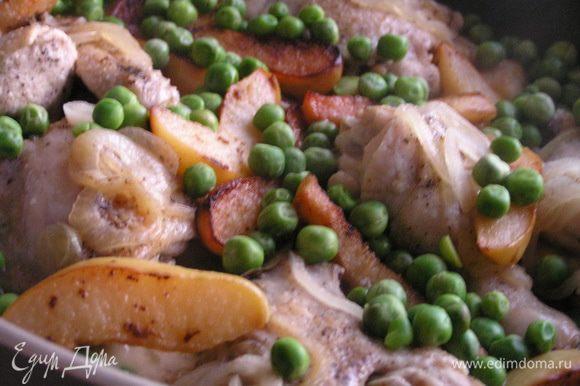 Затем всыпать зеленый горошек, тушить еще 5-7 минут до готовности.