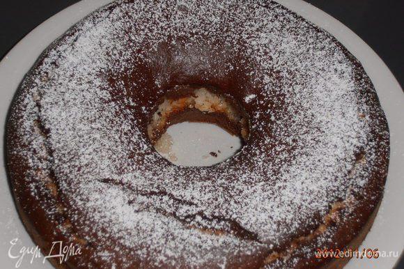 Выпекать при температуре 190 градусов в течение 45-50 минут. Дать остыть, вынуть и посыпать сахарной пудрой.Этот торт будет еще вкуснее,если полить сверху шоколадной глазурью..