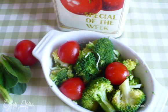 порционную формочку для запекания смазала сливочным маслом, выложила брокколи.