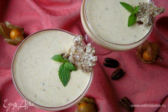 Застывший десерт украсить пластинками орехов в карамели и мятой.