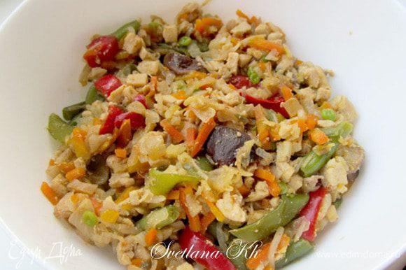 Все овощи и мясо курицы нарезать мелким кубиком.выложить все в форму для запекания, где вы будете печь пирог. Смешать, посолить, поперчить. сдобрить специями и чесноком, полить маслом и соевым соусом.