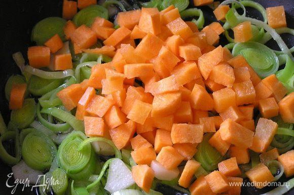 добавить нарезанную морковь, обжарить,