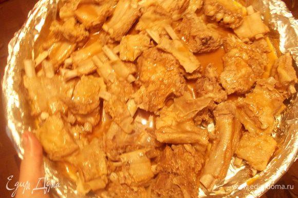 Выложить мясо на противень с фольгой. В соус добавить горчицу и соль, полить соусом рёбрышки и отправить в духовку на пол часа. Температура 220 С. Мясо должно зарумянится.
