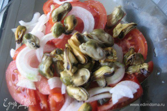 Все очень просто: режем произвольно помидоры, лук тонкими полукольцами, добавляем мидии, солим, перчим по вкусу. Заправляем салат по вашему вкусу.