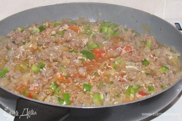 Перец нарезать небольшими кубиками. Добавить к фаршу перец, томаты и рис. Приправить солью и порошком чили, тщательно перемешать.