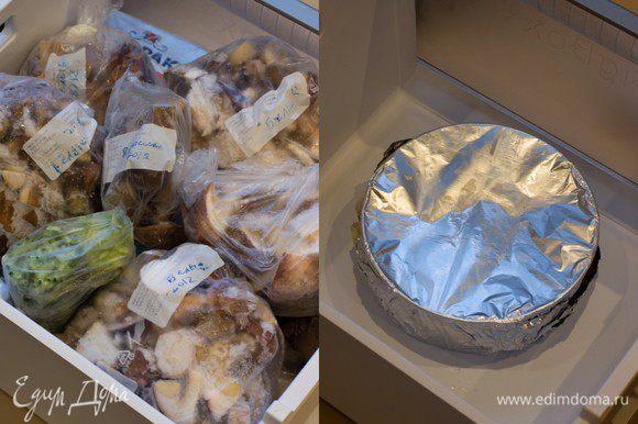 Дайте чизкейку полностью остыть при комнатной температуре, затем оберните пленкой или фольгой (можно дополнительно положить в пакет и плотно завязать, чтобы чиз не впитал посторонние запахи) и уберите в холодильник на 6 часов, не менее. Если вы решили чиз заморозить, то после 6-ти часового охлаждения в холодильнике, освободите морозильную камеру, поставьте форму с чизкейком на дно (чтобы он не деформировался, нужно ставить на ровную поверхность), накройте чиз досточкой, чтобы продукты, которые вы будете класть сверху, не повредили нежную верхушку десерта и положите сверху остальные продукты, которые хранились у вас в камере. О чизкейке можно забыть на полгода. При условии, что Т вашей морозильной камеры не выше -18градусов.