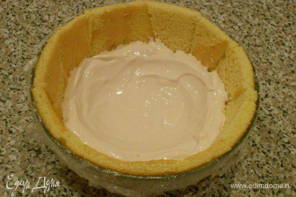 Замочите желатин в 6 ст.л. воды и распустите его. Малину разделите на 3 части. Одну часть протрите сквозь ситечко и смешайте с половиной подготовленного желатина. Взбейте сливки с 2 ст.л. сахарной пудры и добавьте к ним малину с желатином, аккуратно перемешайте и охладите. Вторую часть малины слегка размять вилкой и смешать с оставшимся желатином, охладить. Маскарпоне взбить миксером с 1 ст.л сахарной пудры, добавить в него взбитый до крепкой пены яичный белок (с 1 ст.л. сахарной пудры), убрать в холодильник. Взбитые розовые сливки ложкой распределить по бисквиту толстым слоем, повторяя форму миски примерно до середины её высоты.