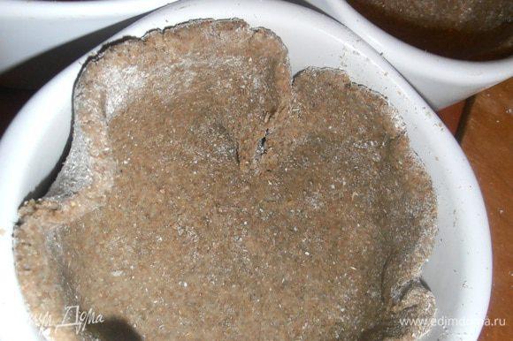 Раскладываем тесто,отщипывая лишние кусочки.