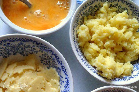 Картофель разминаем вилкой.Тунец отцеживаем от лишней жидкости.Можно картофель перемешать с тунцом.Лук и петрушку режем.Сыр рвем на кусочки