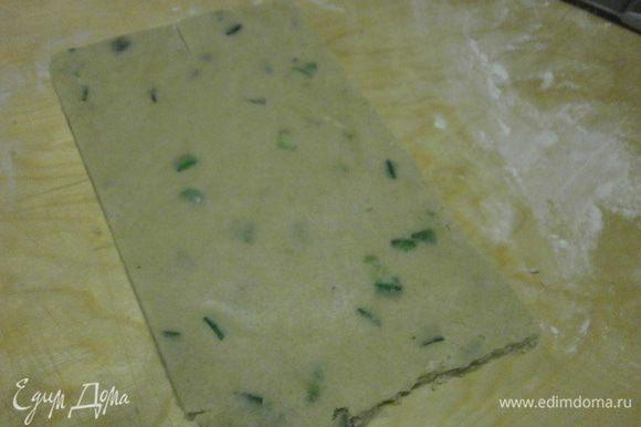 Достать тесто из холодильника и раскатать толщиной 0, 7 мм.