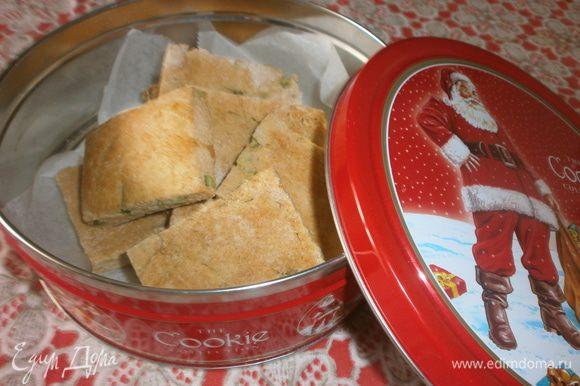 Печенье прекрасно сохраняется в жестяной коробке для печенья.