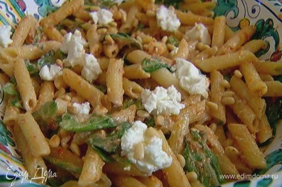 Посыпать салат оставшимся козьим сыром и кедровыми орехами.