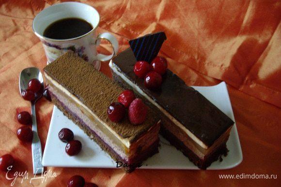 Утром разрезала на порции-пирожные,часть посыпала порошком какао и украсила ягодами. Часть пирожных оставила в глазури.