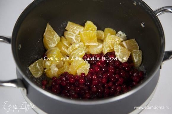 В кастрюльке растопить сливочное масло, добавить коричневый и белый сахар...