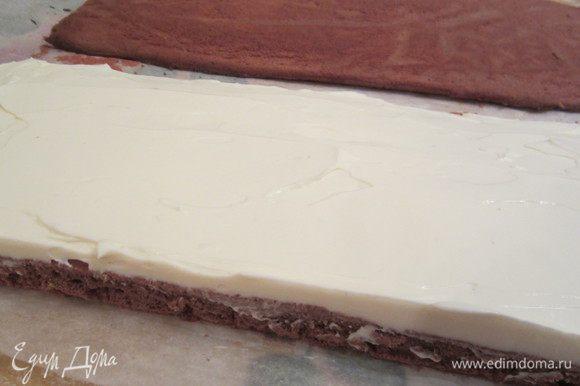 Намазать толстым слоем один корж кремом.