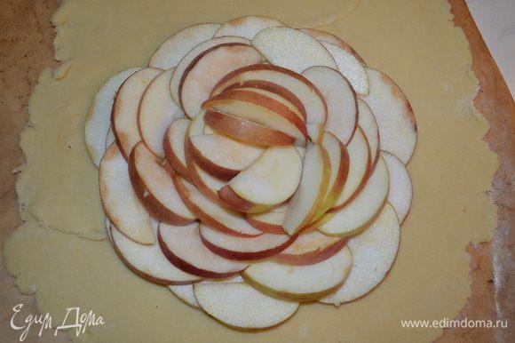 В центре по кругу выкладываем яблоки, внахлест... чем больше - тем лучше!