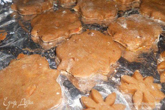 Достать из морозильной камеры, раскатать и вырезать формами печенье, кладем на противень и выпекаем при температуре 240 градусов до готовности, около 20 минут.