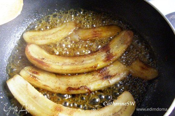 Выложить в эту смесь бананы, дать пропитаться соком с двух сторон.