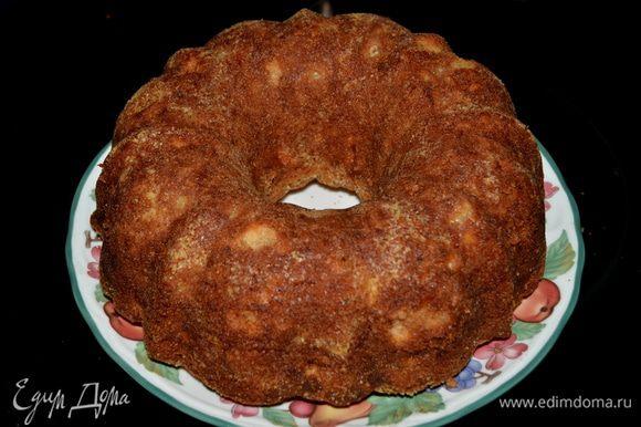 Достать из духовки дать остыть примерно 10-15 мин. в форме. Затем опрокинуть на тарелку и дать остыть полностью.